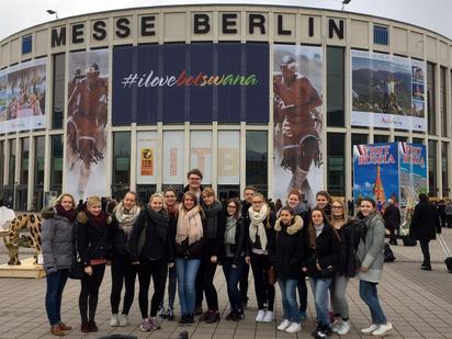 Klassenfoto der Studienfahrt zur ITB nach Berlin
