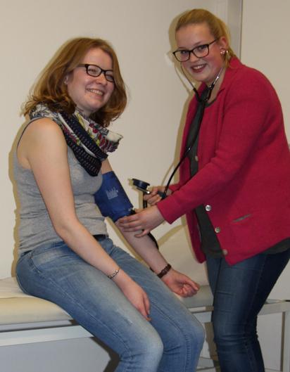 MFA-Berufsschülerinnen im Unterricht:Blutdruckmessung